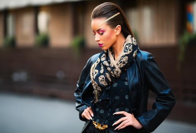 Jonge stijlvolle vrouw tegen oude bouwmuur
