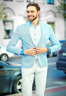 Jonge stijlvolle zelfverzekerde gelukkig knappe lachende zakenman model man in blauw pak doek levensstijl in de straat