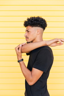 Jonge stijlvolle zwarte man aan het warmrijden