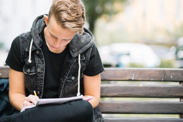 Jonge student concentreerde zich op studies