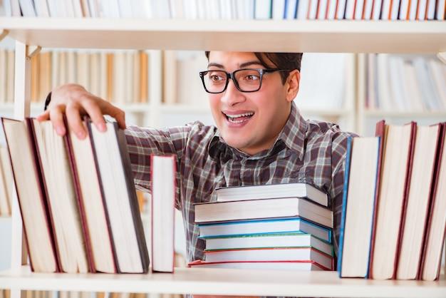 Jonge student die boeken in universiteitsbibliotheek zoekt