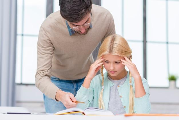 Jonge student die de les probeert te leren