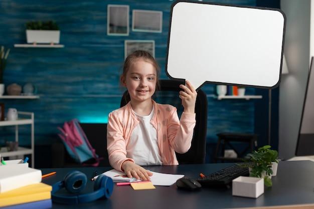 Jonge student die een leeg bord met een wit bord vasthoudt
