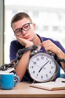 Jonge student die voor schoolexamens voorbereidingen treft