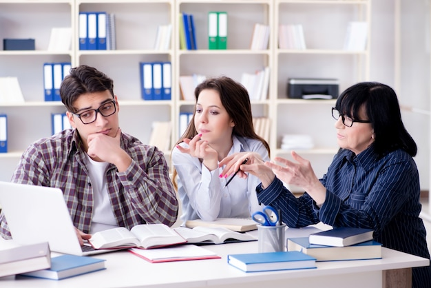 Jonge student en leraar tijdens tutoring les