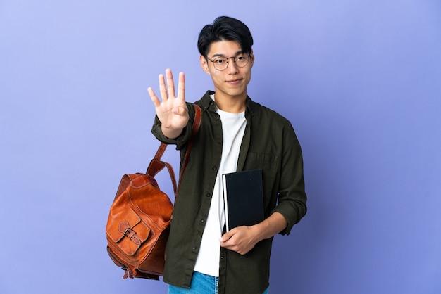 Jonge student geïsoleerd gelukkig en vier met vingers tellen