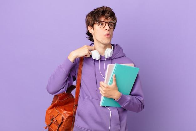Jonge student man voelt zich gestrest, angstig, moe en gefrustreerd