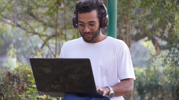 Jonge student met laptop - mens met laptop