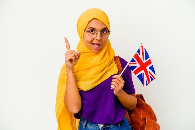 Jonge student moslimvrouw geïsoleerd op een witte achtergrond met een idee, inspiratie concept.
