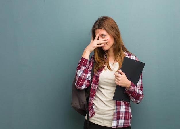 Jonge student russische vrouw beschaamd en tegelijkertijd lachen