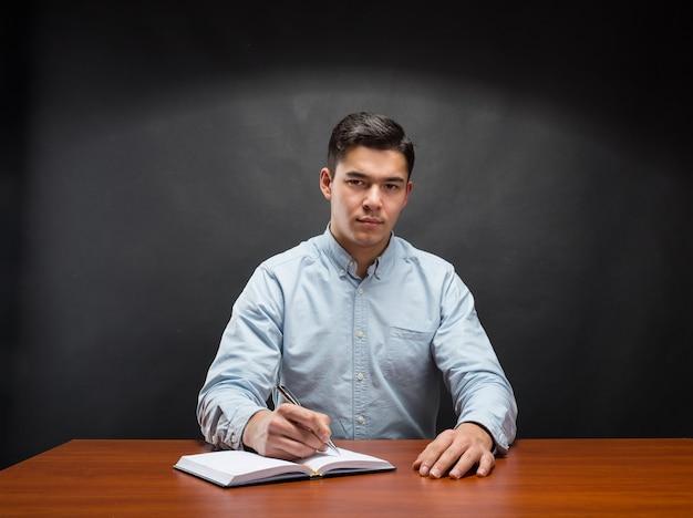 Jonge student schrijven