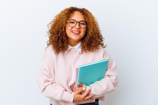 Jonge student vrouw over geïsoleerde achtergrond lachen en plezier maken.