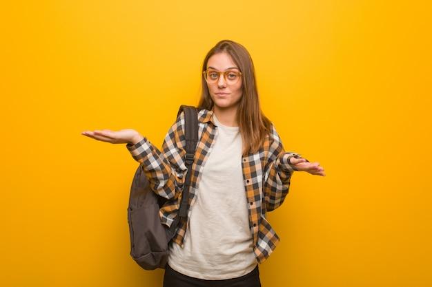 Jonge student vrouw verward en twijfelachtig