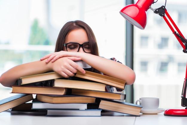 Jonge studente met vele boeken