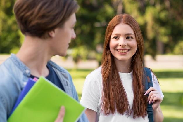 Jonge studenten blij terug te zijn op de universiteit