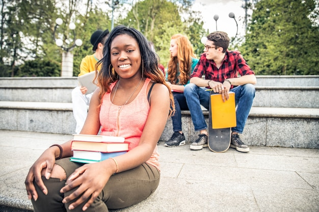 Jonge studenten buitenshuis