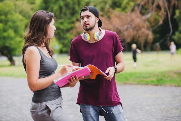 Jonge studenten communiceren in het park
