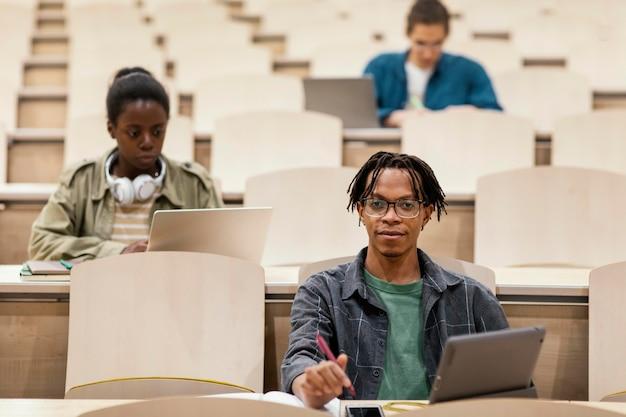 Jonge studenten die een universitaire klas bijwonen