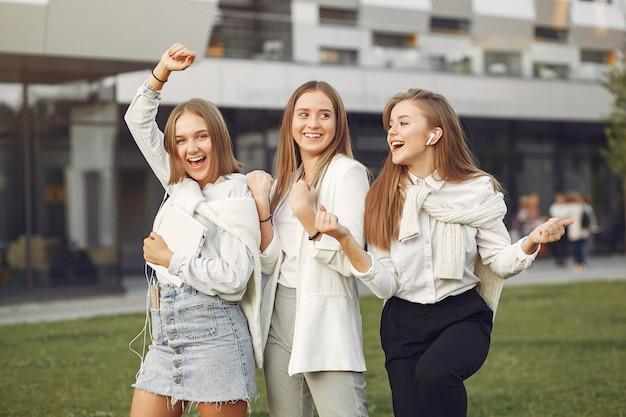 Jonge studenten op een studentencampus met een telefoon