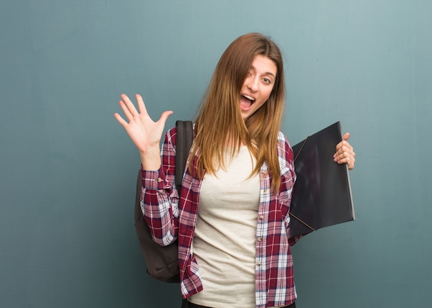 Jonge studenten russische vrouw die een overwinning of een succes viert