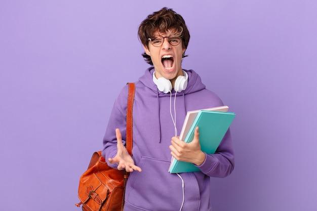 Jonge studentenman die boos, geïrriteerd en gefrustreerd kijkt