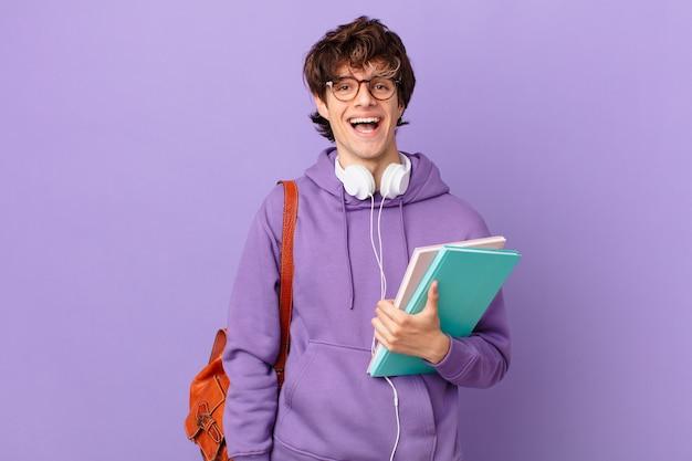 Jonge studentenman die er blij en aangenaam verrast uitziet