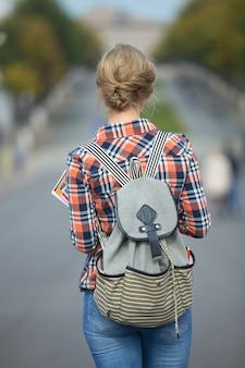 Jonge studentenmeisje lopen met een rugzak in de straat