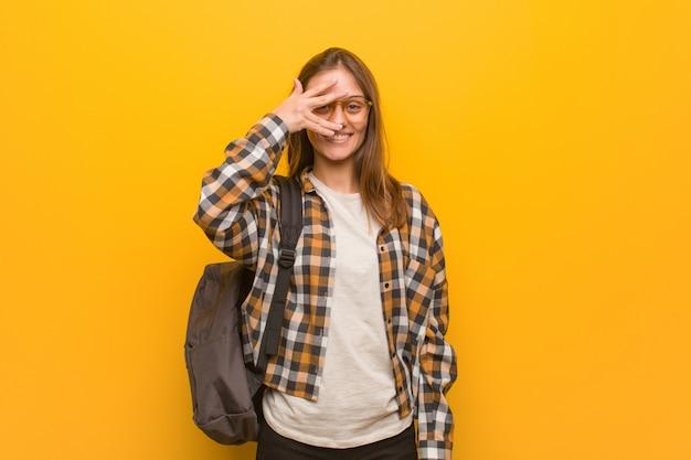 Jonge studentenvrouw beschaamd en tegelijkertijd lachend