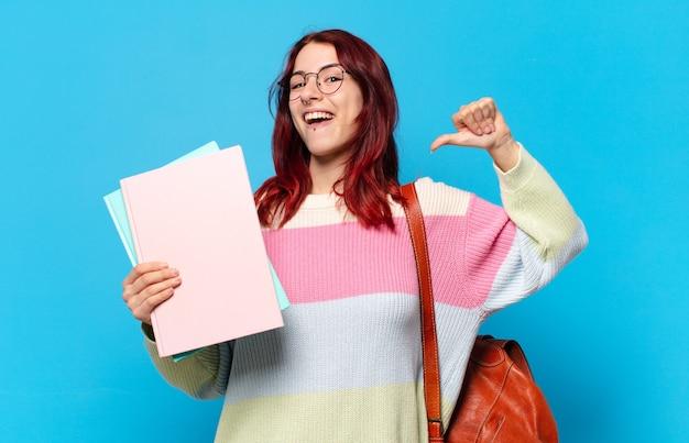 Jonge studentenvrouw die duim neer geeft