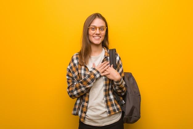 Jonge studentenvrouw die een romantisch gebaar doet