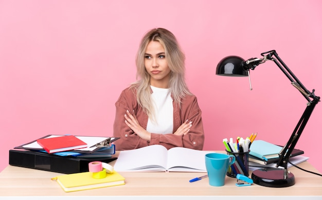 Jonge studentenvrouw die in een lijst werkt die een idee denkt