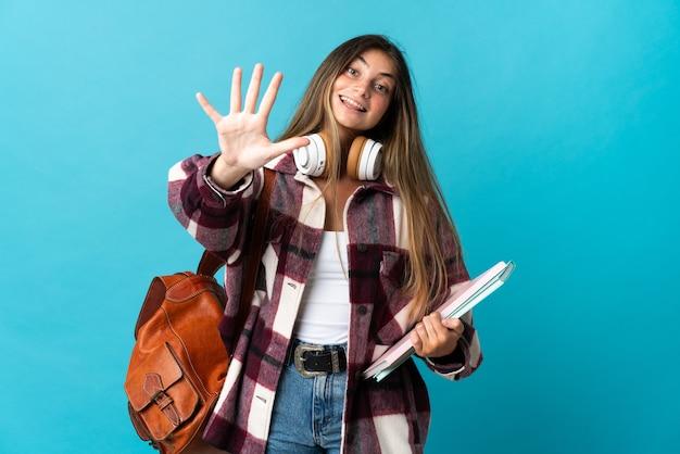 Jonge studentenvrouw die op blauw wordt geïsoleerd dat vijf met vingers telt