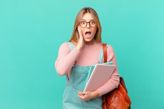 Jonge studentenvrouw die zich geschokt en bang voelt