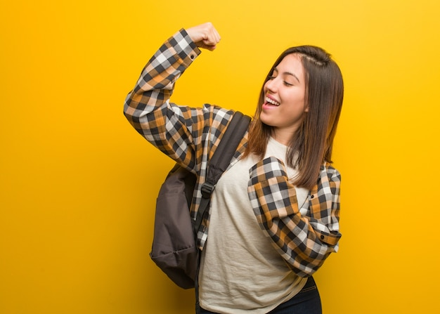 Jonge studentenvrouw die zich niet overgeeft
