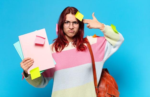 Jonge studentenvrouw met aantekeningen