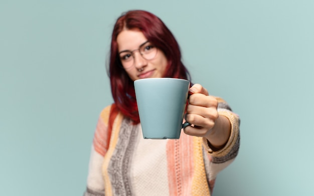 Jonge studentenvrouw met een koffiekop Premium Foto