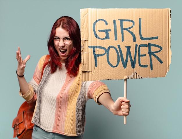 Jonge studentenvrouwactivist met de raad van de meisjesmacht