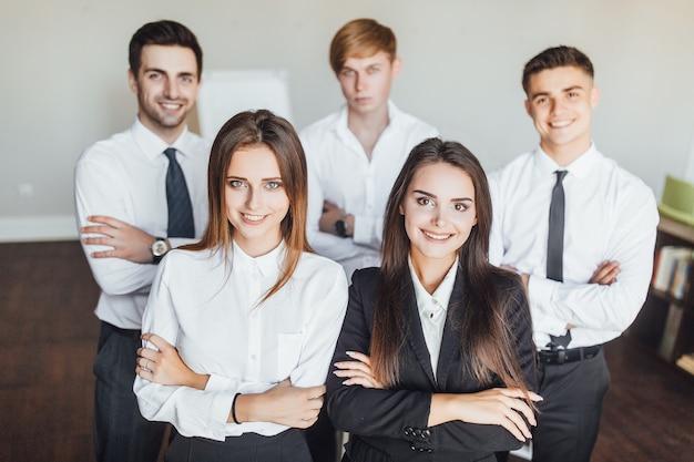 Jonge succesvolle commerciële team glimlachende mensen