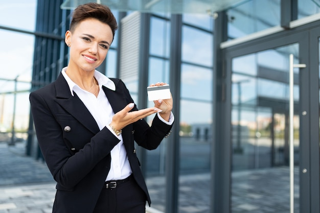Jonge succesvolle zakelijke dame met laptop
