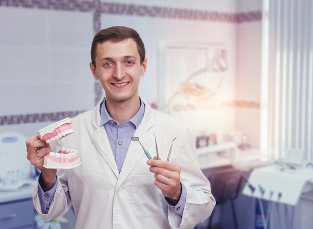 Jonge tandarts in het kantoor