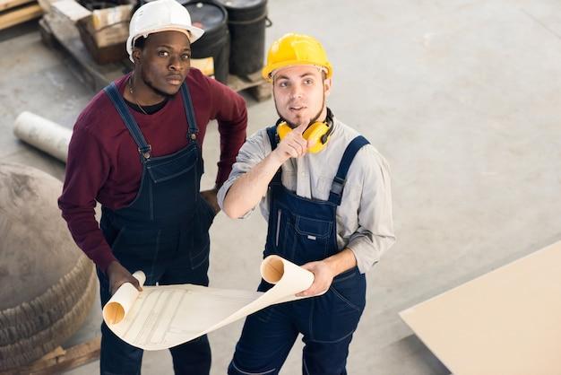 Jonge technici in discussie
