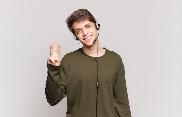 Jonge telemarketeer glimlacht en ziet er vriendelijk uit, toont nummer drie of derde met hand naar voren, aftellend