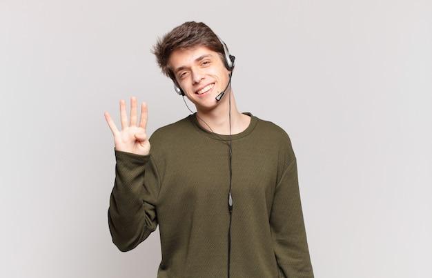 Jonge telemarketeer glimlacht en ziet er vriendelijk uit, toont nummer vier of vierde met hand naar voren, aftellend