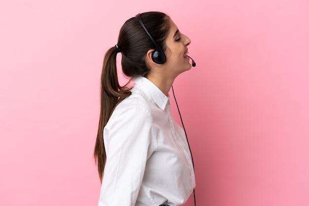 Jonge telemarketeer over geïsoleerde achtergrond lachen in zijpositie
