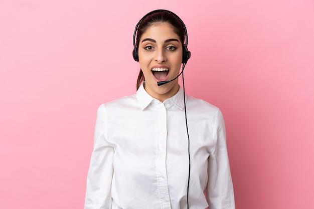 Jonge telemarketeer over geïsoleerde achtergrond met verrassende gezichtsuitdrukking