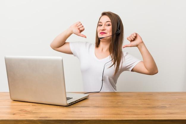 Jonge telemarketeer vrouw voelt zich trots en zelfverzekerd, voorbeeld te volgen.