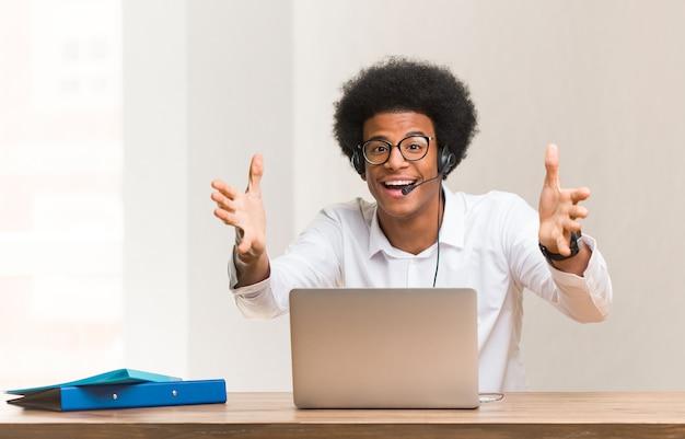 Jonge telemarketeer zwarte man erg blij met een knuffel aan de voorkant