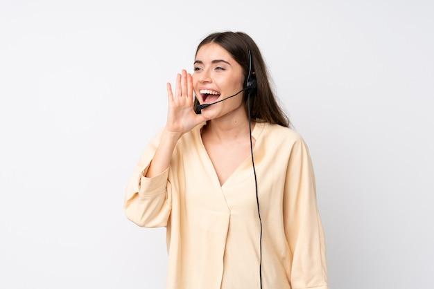 Jonge telemarketer vrouw over geïsoleerde schreeuwen met wijd open mond