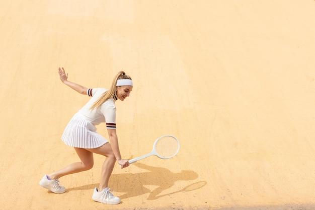 Jonge tennisser het beoefenen van routine