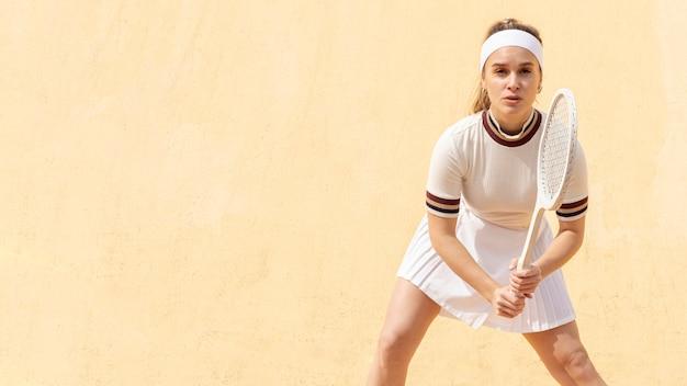 Jonge tennisspeler bereid om bal te raken